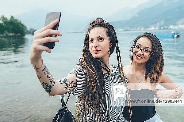 Freundinnen auf dem Seeweg zur Selbsthilfe