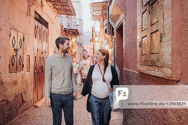 Schwangeres Paar im Urlaub  Marrakesch  Marokko