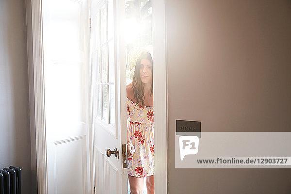 Stilvolle Frau öffnet Hoteltür zur Lobby