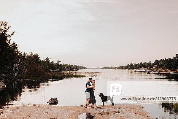 Ehepaar geniesst Flussblick mit Hund  Algonquin Park  Kanada