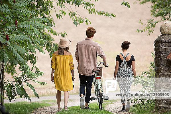 Freunde beim Wandern mit dem Fahrrad auf dem Land Freunde beim Wandern mit dem Fahrrad auf dem Land