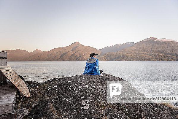 Frau entspannt sich am Seeufer  Johnstone Strait  Telegraph Cove  Kanada