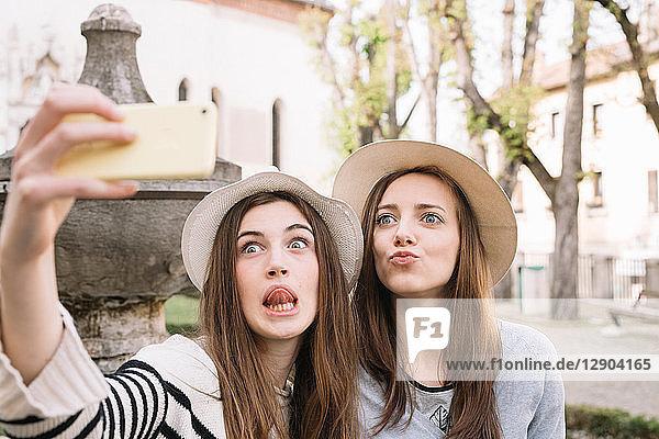 Freundinnen beim Selfie auf der Piazza  Belluno  Venetien  Italien