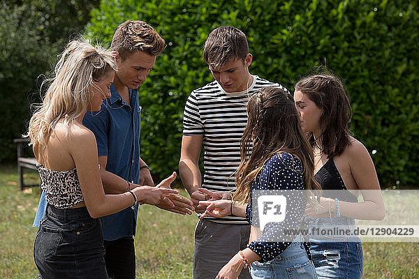 Freunde spielen Stein-Papier-Schere-Spiel im Park