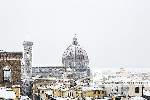 Italy  Florence  view to snow-covered Basilica di Santa Maria del Fiore