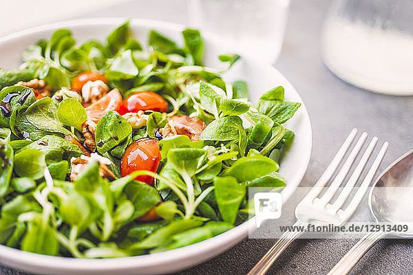 Lamb's lettuce with tomatoes and walnuts