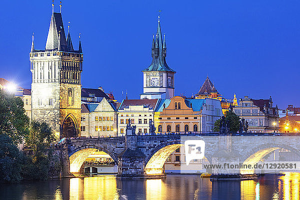 Charles Bridge on the Vltava River  Prague  UNESCO World Heritage Site  Bohemia  Czech Republic  Europe