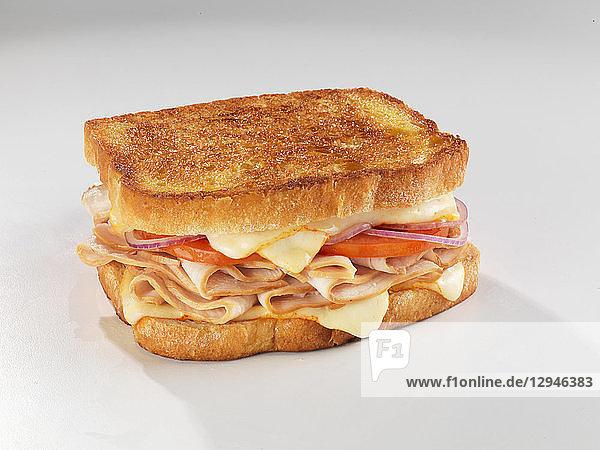 Getoastetes Sandwich mit Putenbrust  Munsterkäse und Tomate