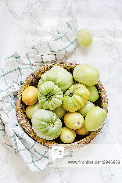 Grüne Tomaten im Korb