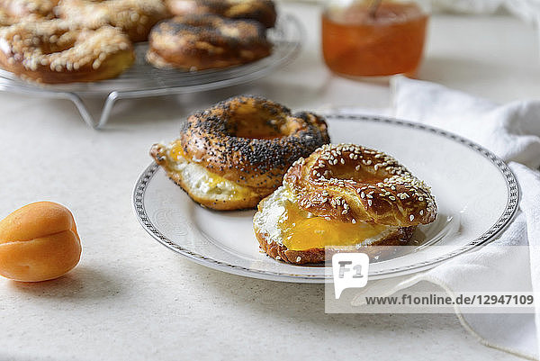 Frisch gebackene Bagels  gefüllt mit Aprikosenmarmelade