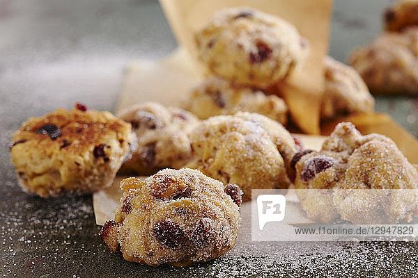 Stollenkonfekt mit getrockneten Cranberries und Zucker