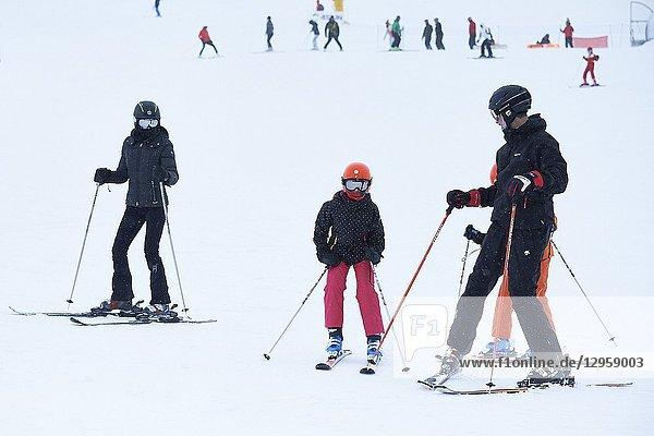 King Felipe VI of Spain  Queen Letizia of Spain  Crown Princess Leonor  Princess Sofia enjoy a short private skiing break on February 5  2017 in Astun  Spain