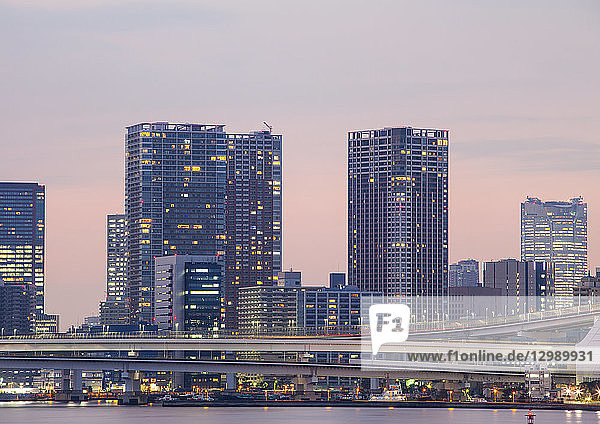 Hochhäuser in Tokio  Japan  Nachtaufnahme