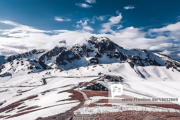 Landschaft in schneebedeckten Bergen  Dolomiten  Italien