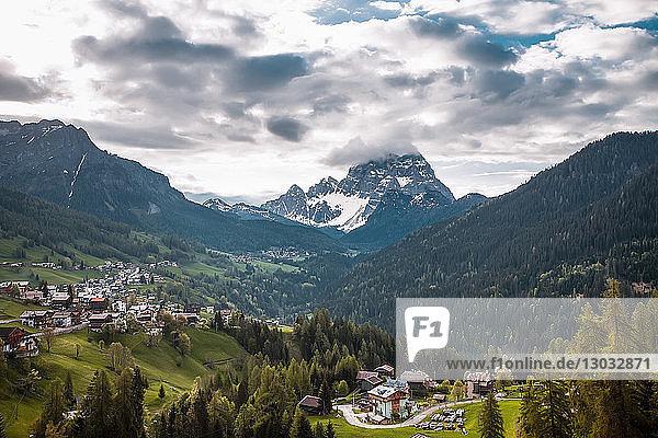 Landschaft mit Taldörfern und schneebedeckten Bergen  Dolomiten  Italien