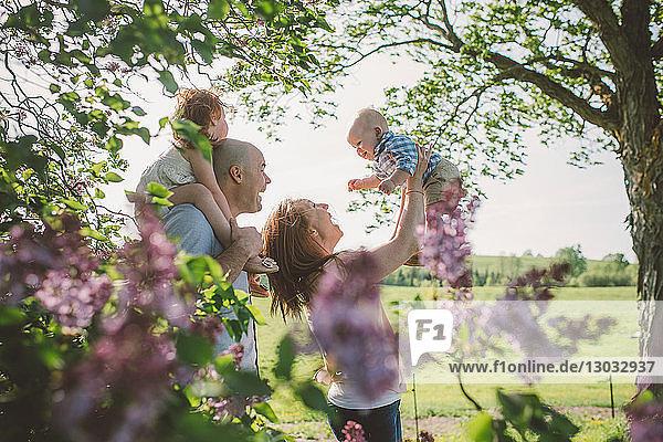 Eltern und Kinder spielen im Park