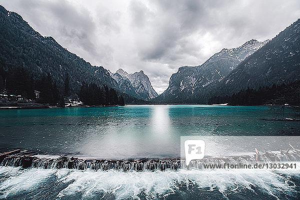 Landschaft mit Seewehr und schneebedeckten Bergen  Dolomiten  Italien