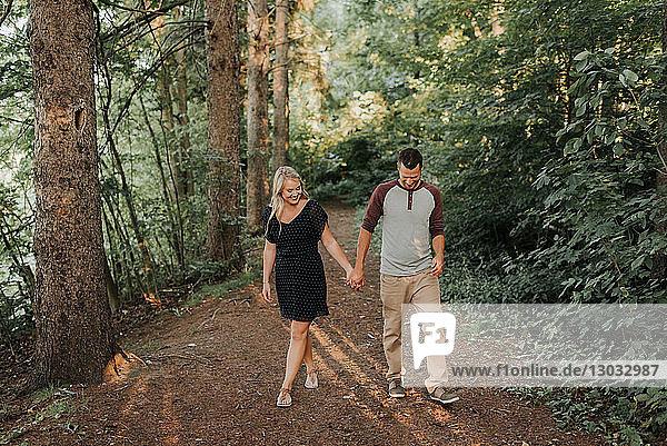 Romantischer Mann und Freundin beim Waldspaziergang