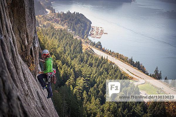 Junge Bergsteigerin beim Klettern an einer Felswand  erhöhte Ansicht  The Chief  Squamish  Britisch-Kolumbien  Kanada