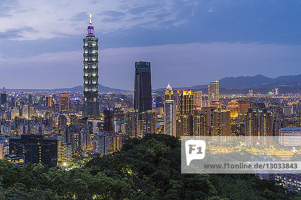 City skyline and Taipei 101 building in the Xinyi district  Taipei  Taiwan