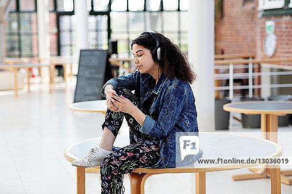 Teenager-Mädchen benutzt Kopfhörer in der Schule