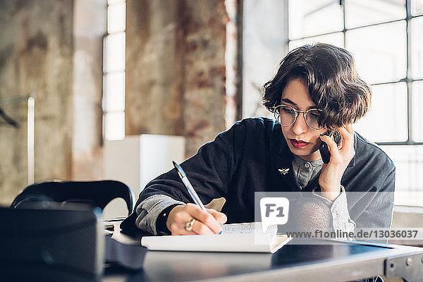 Designer am Telefon bei der Arbeit