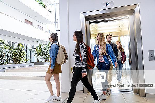 Universitätsstudenten beim Verlassen des Aufzugs auf dem Campus