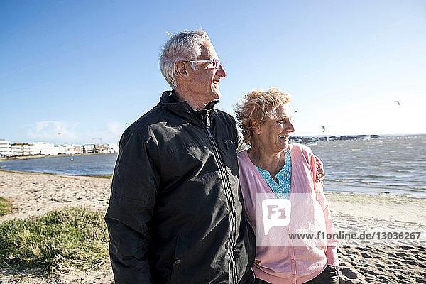 Älteres erwachsenes Paar genießt Strand