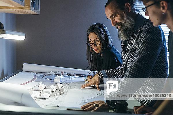 Ehepaar arbeitet mit Sohn im Home Office