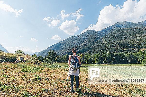 Junge Wanderin mit Blick auf die Berge  Rückansicht  Primaluna  Trentino-Südtirol  Italien