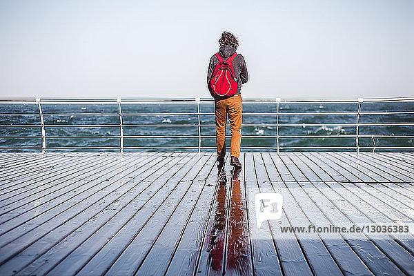 Mittelgroßer erwachsener Mann mit Blick vom Pier aufs Meer  Rückansicht  Odessa  Odeska Oblast  Ukraine