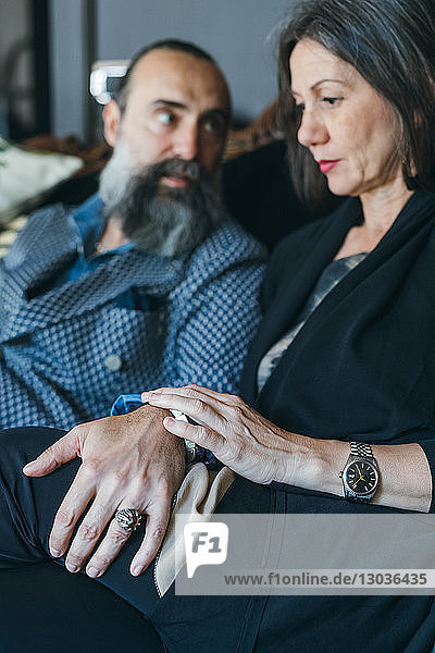 Ehepaar auf dem Sofa sieht besorgt aus