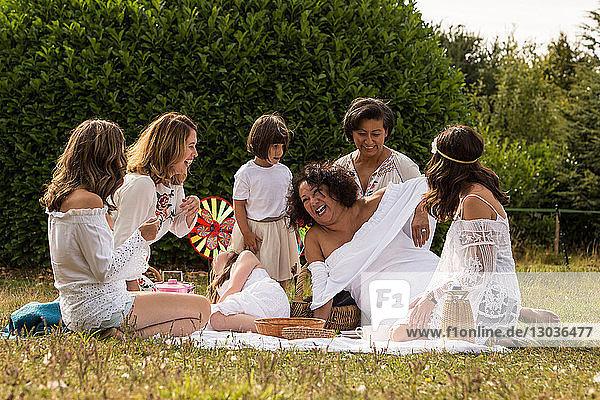 Weibliche Freunde und Familie beim Picknick im Garten