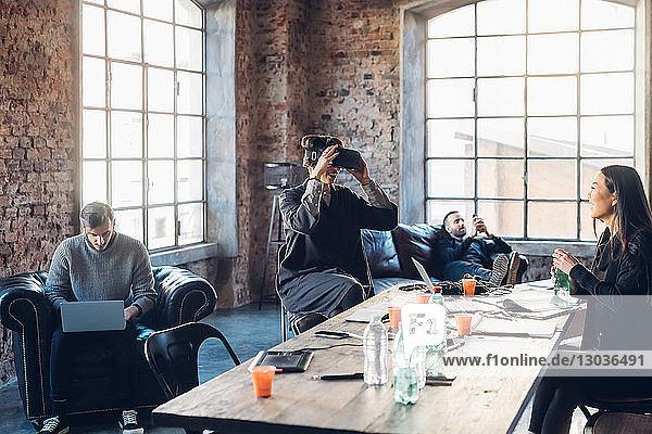 Designer testen Virtual-Reality-Headset im Gemeinschaftsraum im Studio