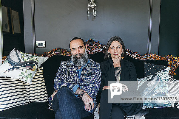 Auf antikem Sofa sitzendes Ehepaar