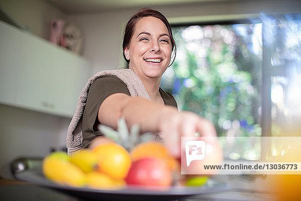Frau  die zu Hause Obst zum Frühstück isst