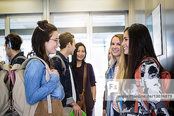 Universitätsstudenten sprechen im Aufzug