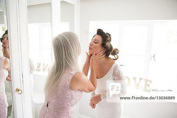 Braut und Mutter am Morgen des Hochzeitstages
