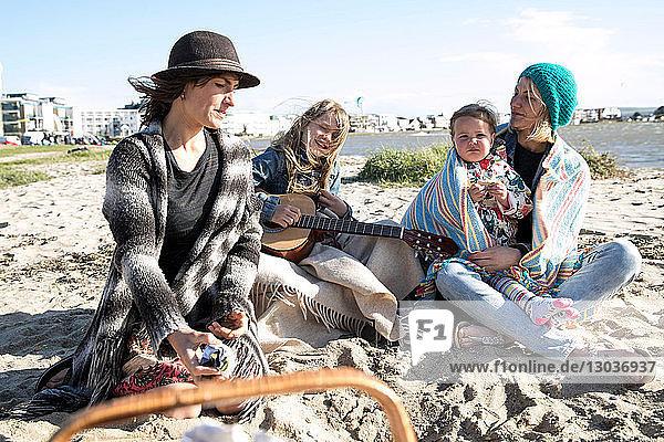 Schwestern und ihre Kinder genießen den Strand