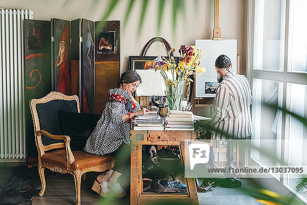 Ehepaar arbeitet in ihrem Atelier
