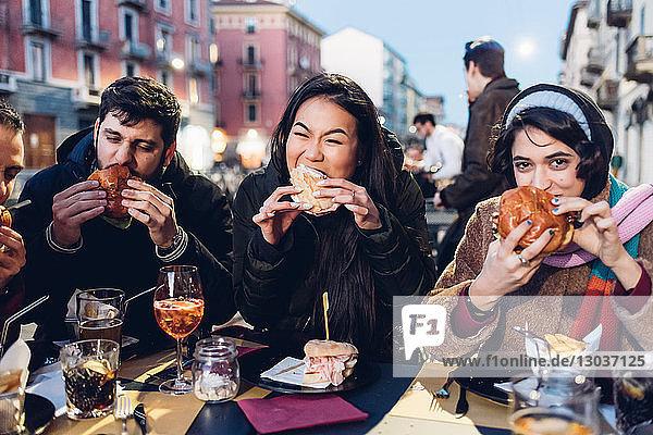 Freunde genießen Burger im Freiluftcafé  Mailand  Italien