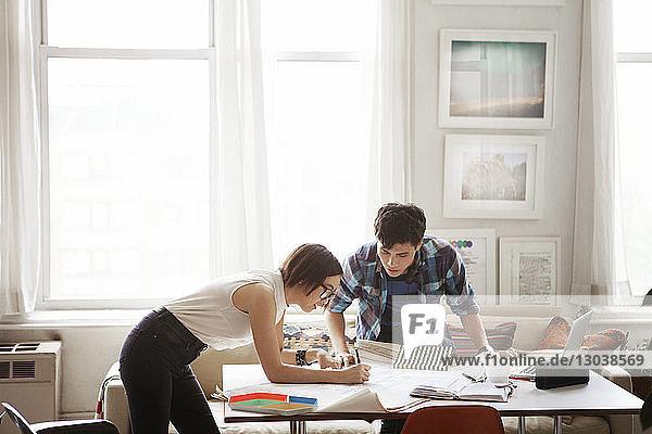 Ehepaar analysiert Blaupause zu Hause