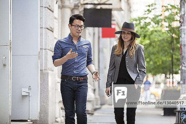 Geschäftsleute gehen in der Stadt auf dem Bürgersteig