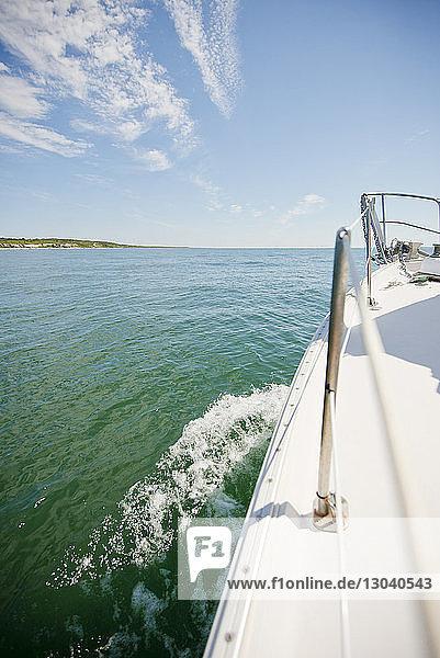 Beschnittenes Bild einer Yacht im Meer gegen den Himmel