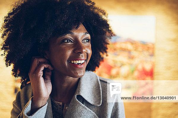 Fröhliche Geschäftsfrau schaut im Hotel weg