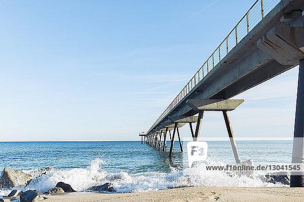 Szenische Ansicht des Piers über dem Meer gegen den Himmel bei Barcelona