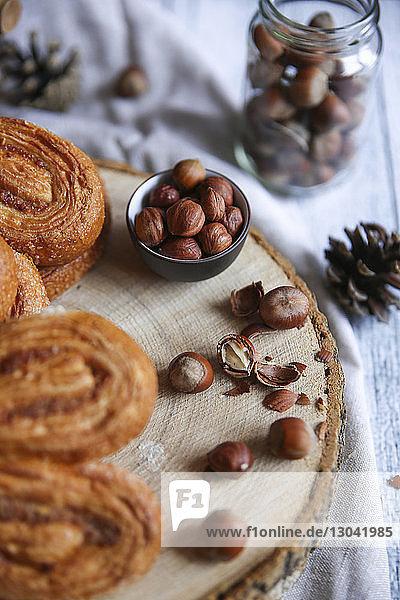 Hochwinkelansicht von Palmen mit Haselnüssen auf dem Tisch