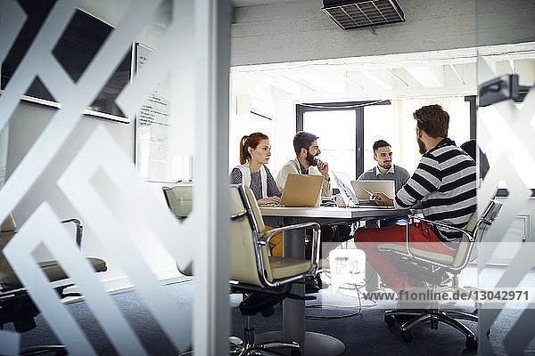 Geschäftskollegen diskutieren im Sitzungssaal