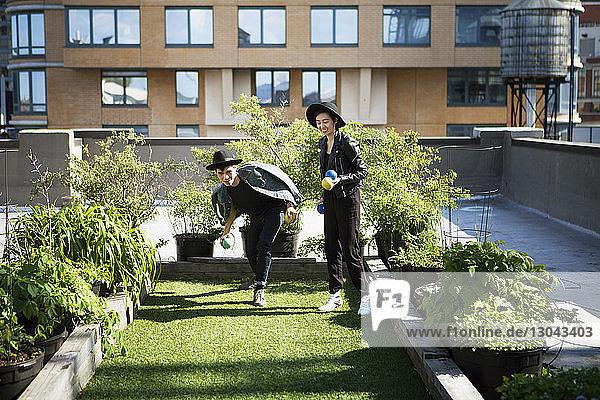 Glückliches Paar spielt mit Bällen auf der Terrasse
