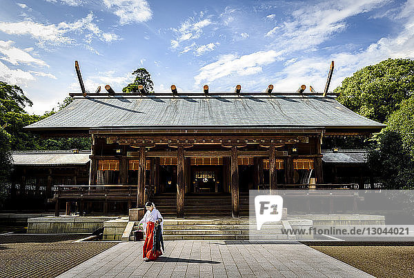 Miko geht vor dem Tempel